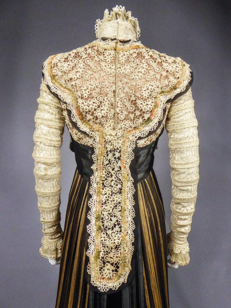 An Edwardian Reception dress with train in silk and lace - Circa 1905 For Sale 11