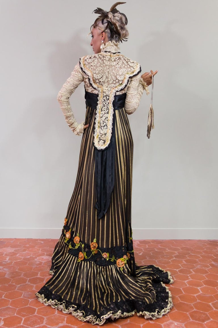 An Edwardian Reception dress with train in silk and lace - Circa 1905 For Sale 1