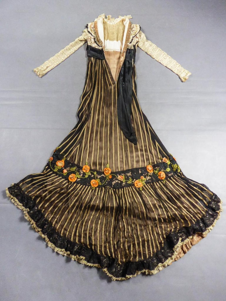 An Edwardian Reception dress with train in silk and lace - Circa 1905 For Sale 2
