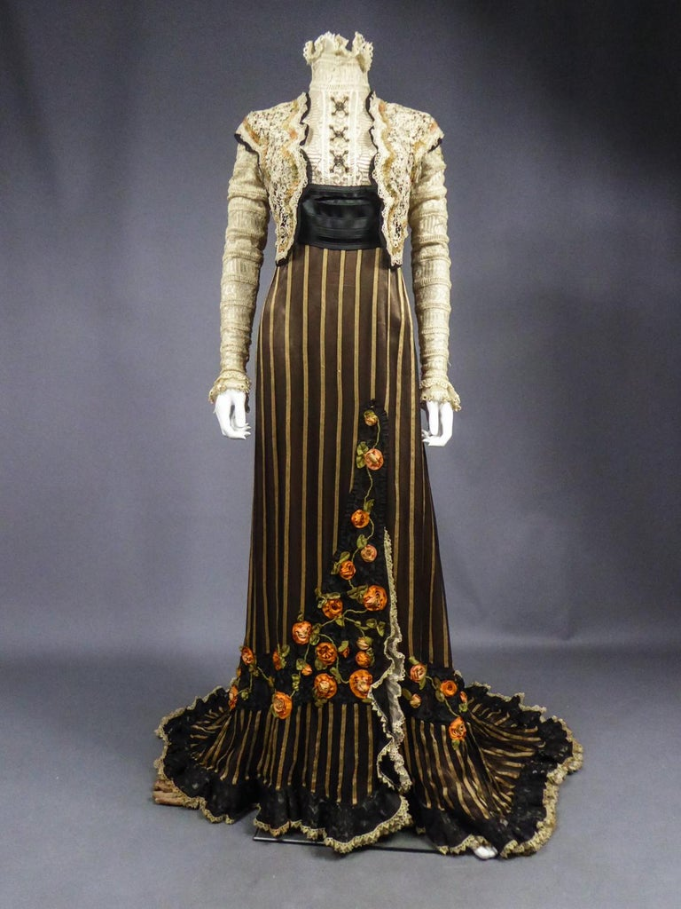 An Edwardian Reception dress with train in silk and lace - Circa 1905 For Sale 3