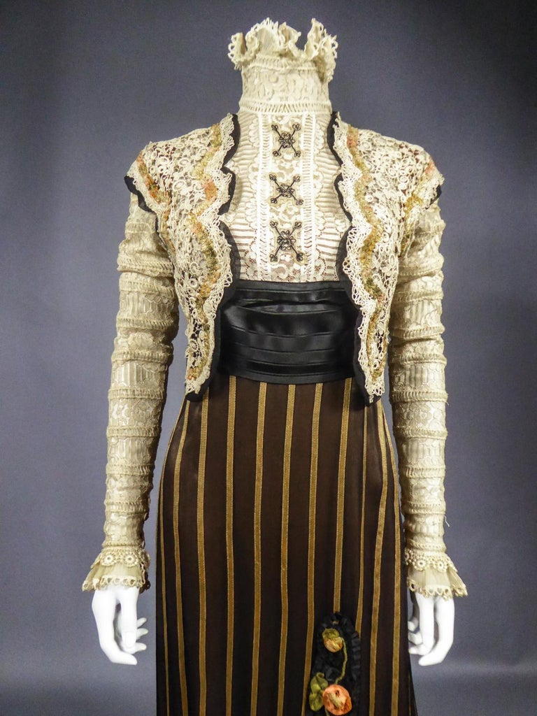 An Edwardian Reception dress with train in silk and lace - Circa 1905 For Sale 4