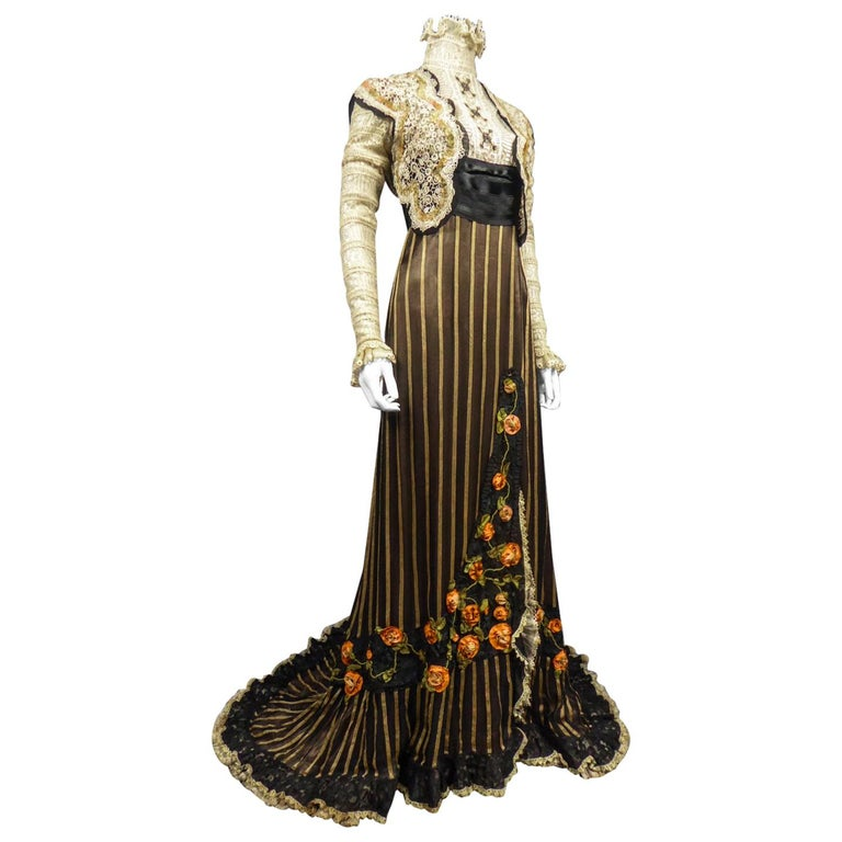 An Edwardian Reception dress with train in silk and lace - Circa 1905 For Sale