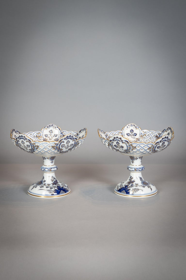 Extensive Assembled Meissen Blue and White Bird Model Dinner Service, circa 1890 For Sale 7