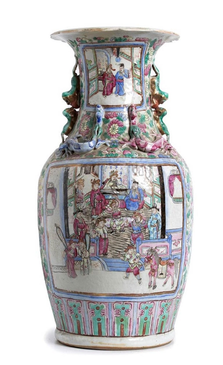 Balustrade porcelain vase – Qing dynasty China is an original manufacture realized in the second half of the 19th century.