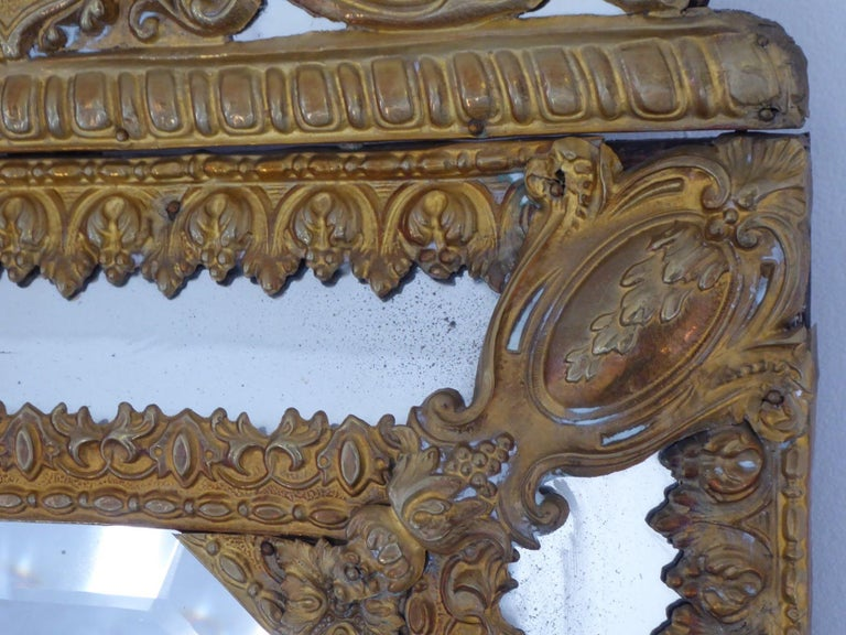 Very nice old mirror. 1 mirror under the pediment (small luster). 1 bisque central mirror (26 cm / 20 cm) Very good general condition.  Measures: H 65 x L 39 x P 4.