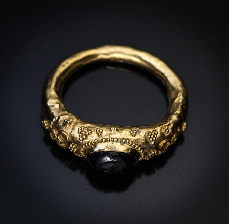Ancient Roman Garnet Intaglio Gold Ring In Good Condition For Sale In Chicago, IL