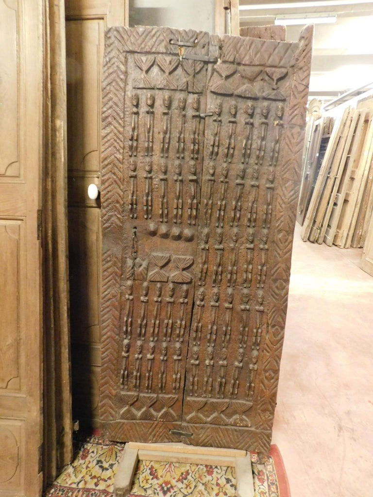 Ancient Wooden Door of African Tribal Chieftain In Good Condition For Sale In Cuneo, Italy