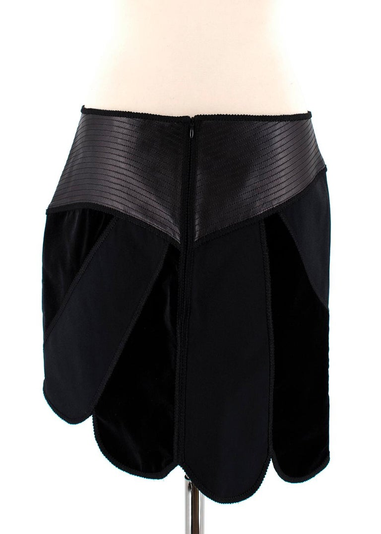 Andrew GN Black Contrast Panelled Scallop Hem Mini Skirt FR40 In Excellent Condition For Sale In London, GB