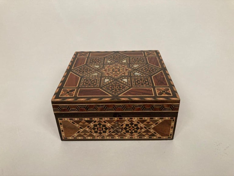 Anglo-Indian Mother of Pearl, Rosewood and Ebony Inlaid Box In Good Condition For Sale In Stamford, CT