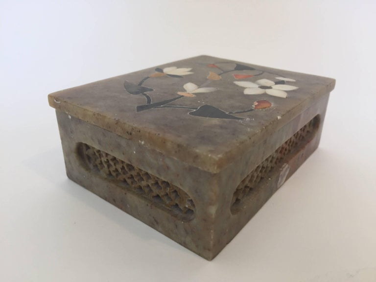 Anglo-Raj Marble Inlay Box Pietra Dura Censor In Good Condition For Sale In North Hollywood, CA