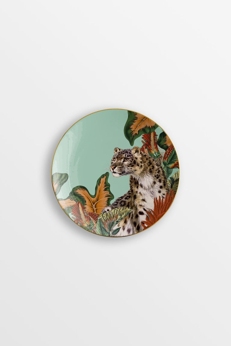 Inspired by the highest mountain of the Alps, the Mont Blanc, this collection of plates is a photography of the changing seasons. Winter is here and all the animals of the woods are enjoying the glazing air, playing hide and seek among the