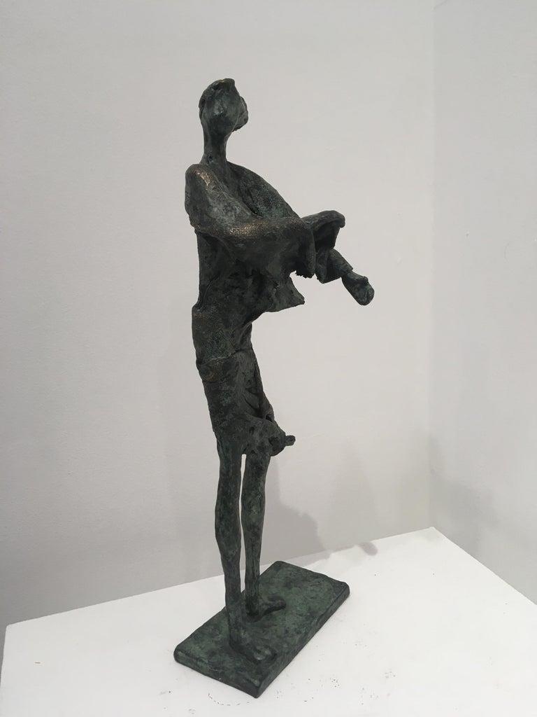 In de wind - contemporary standing female figure wind unique bronze sculpture  - Gold Figurative Sculpture by Anke Birnie