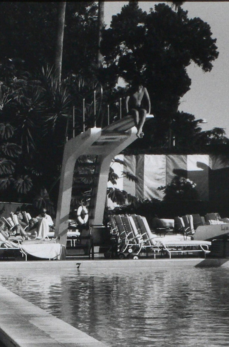 Anthony FRIEDKIN (*1949, America) Woman by the Pool, Beverly Hills Hotel, Beverly Hills, California, U.S.A., 1975 Silver Gelatin Print, later print 40.6 x 50.8 cm (16 x 20 in.) Edition of 25; Ed. no. 17/25 Print only  Born 1949 in Los Angeles, USA,
