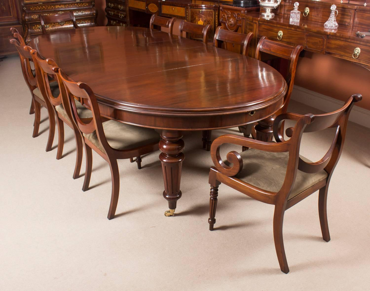 Etonnant Antique Victorian Oval Flame Mahogany Extending Dining Table, 19th Century  At 1stdibs