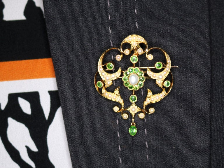 Antique 1.19 Carat Demantoid Garnet and Seed Pearl Yellow Gold Pendant Brooch For Sale 4