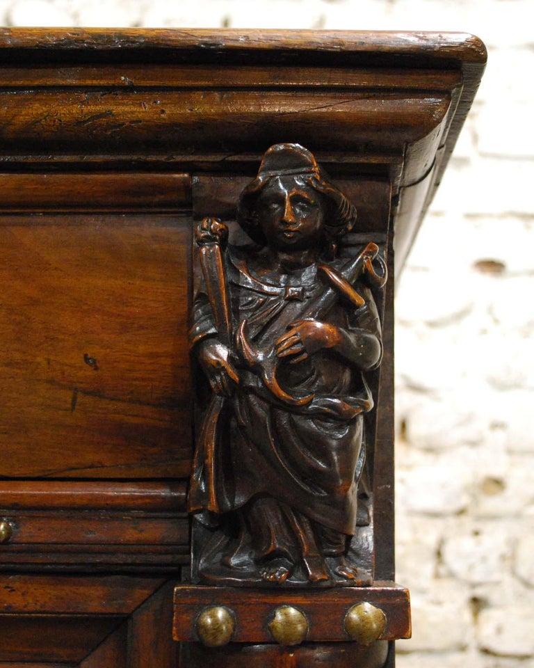 Antique 17th Century Dutch Renaissance Dresser in Oak and Walnut For Sale 7