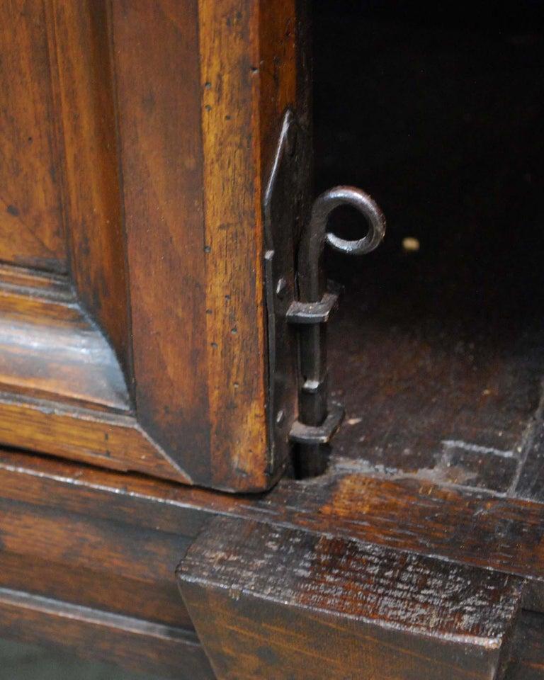 Antique 17th Century Dutch Renaissance Dresser in Oak and Walnut For Sale 11