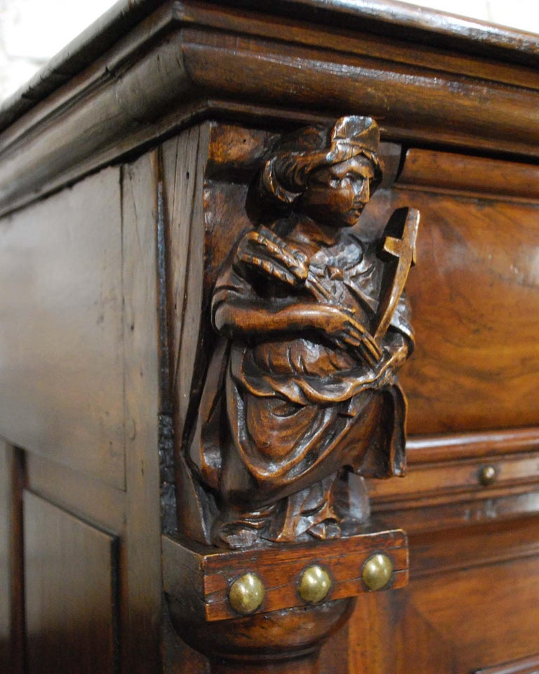 Antique 17th Century Dutch Renaissance Dresser in Oak and Walnut For Sale 4