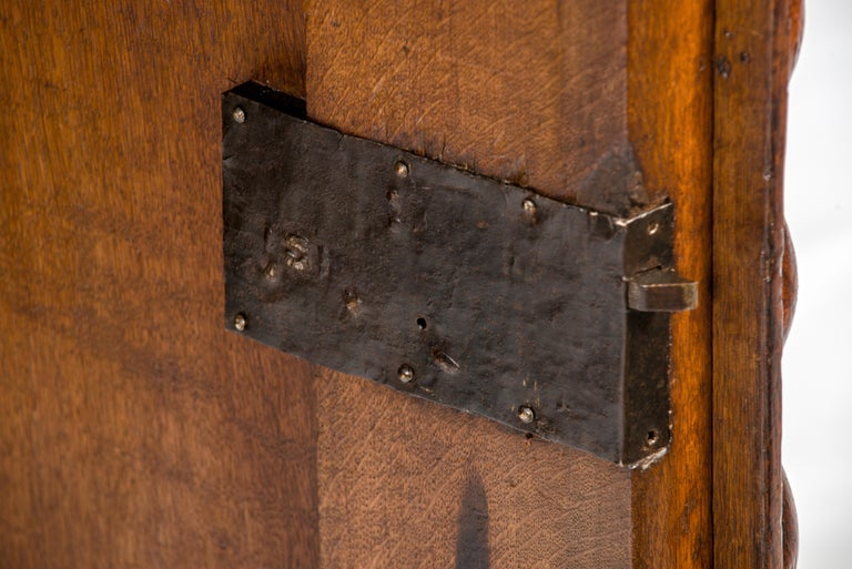 Antique 17th Century Dutch Renaissance Dresser of Buffet in Oak and Walnut For Sale 4