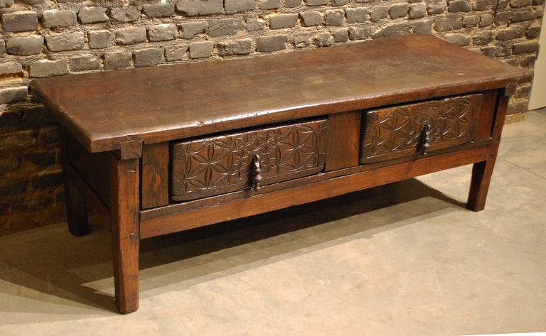 Antique 18th-Century Rustic Spanish Chestnut Coffee Table with Geometric Carving In Good Condition For Sale In Casteren, NL