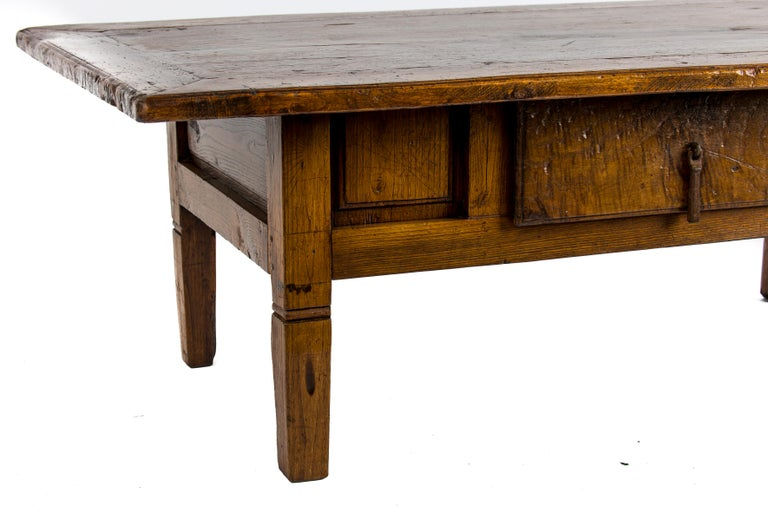 Antique 18th-Century Rustic Spanish Honey Color Chestnut Coffee Table  For Sale 8