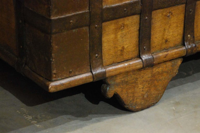 Antique 19th Century Anglo-Indian Haveli Trunk with Iron-Clad Fittings For Sale 7