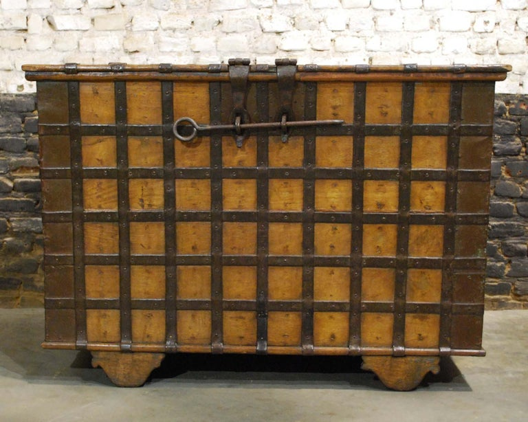 Antique 19th Century Anglo-Indian Haveli Trunk with Iron-Clad Fittings In Good Condition For Sale In Casteren, NL