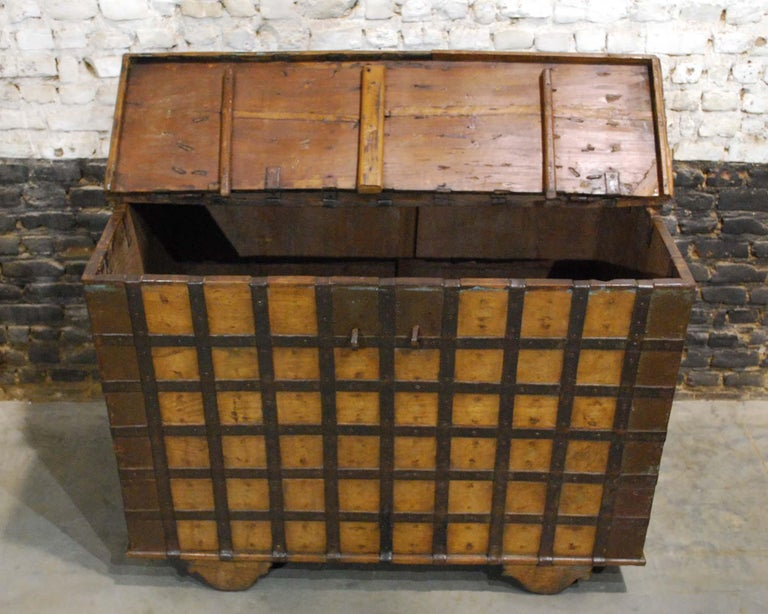 Antique 19th Century Anglo-Indian Haveli Trunk with Iron-Clad Fittings For Sale 2