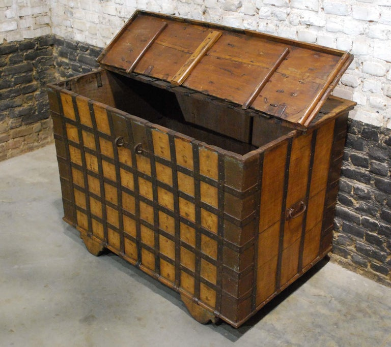 Antique 19th Century Anglo-Indian Haveli Trunk with Iron-Clad Fittings For Sale 3