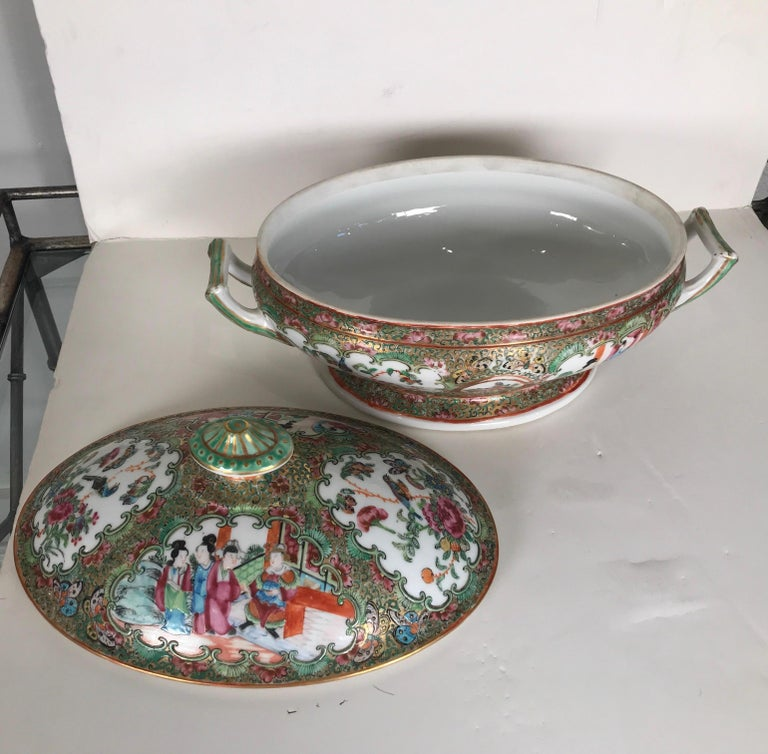 Antique 19th Century Rose Medallion Chines Export Tureen In Excellent Condition For Sale In Lambertville, NJ