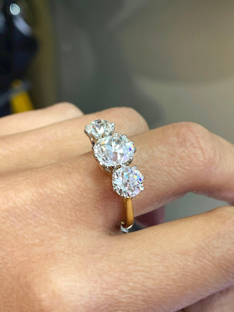 Antique 4.61 Carat Old Cut Diamond Three-Stone 18 Carat Gold Engagement Ring For Sale 1
