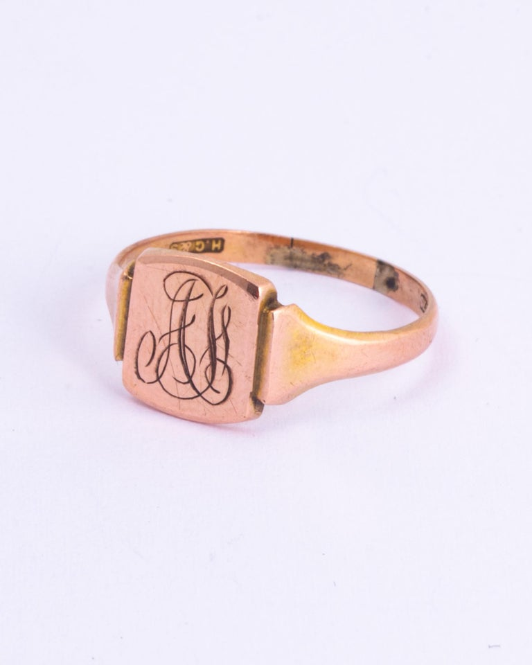 This signet ring is the classic square face and is modelled in 9ct gold. The face has initials which read 'AF' and it also has moulded shoulders.   Size: O or 7 1/4  Face Dimensions: 10x8.5mm   Weight: 1.82g