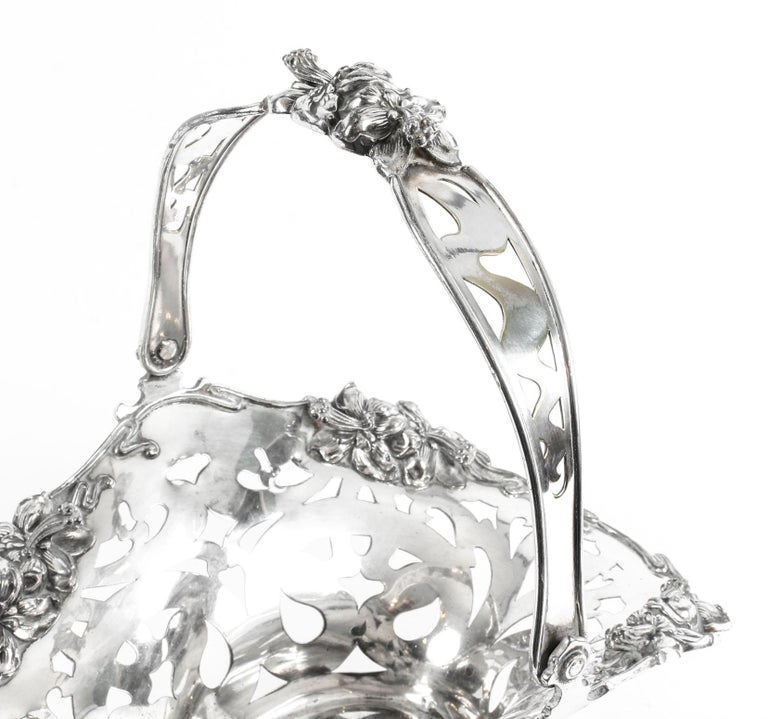 Early 20th Century Antique American Silver Plated Fruit Basket The Meriden Silver Plate Co. 1904 For Sale