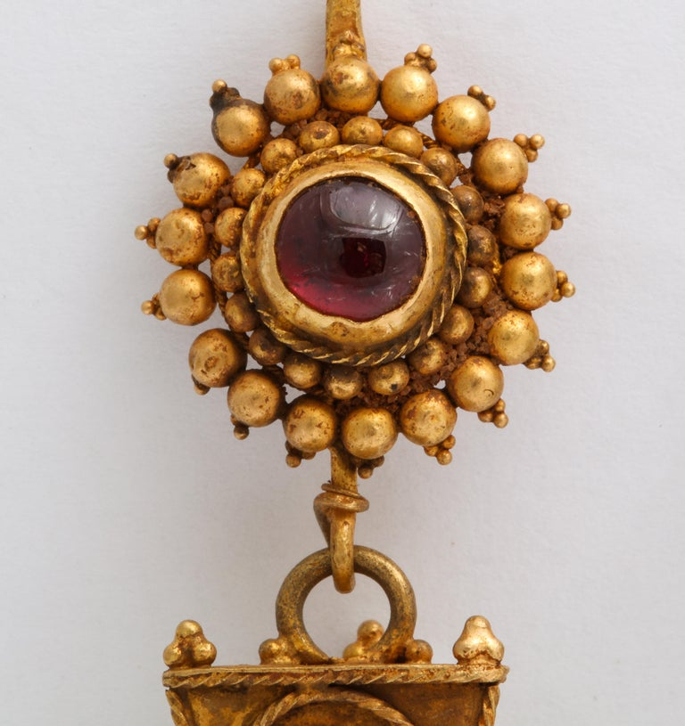 Antique Ancient Roman Gold and Garnet Earrings In Excellent Condition For Sale In Stamford, CT