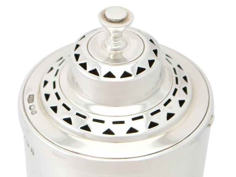 Antique 1935 English Sterling Silver Sugar Caster In Excellent Condition For Sale In Jesmond, Newcastle Upon Tyne