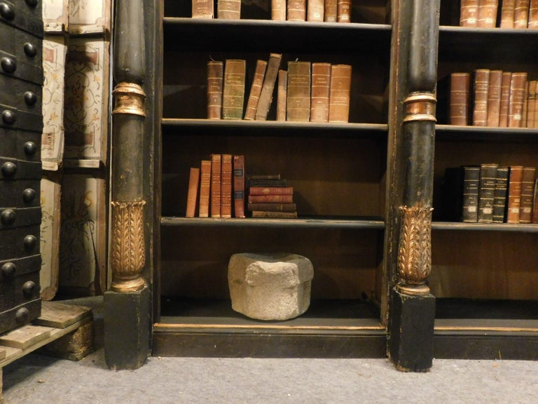 Antique Black and Gold Lacquered Wood Bookcase, Early 1800s, Italy In Good Condition For Sale In Cuneo, Italy (CN)
