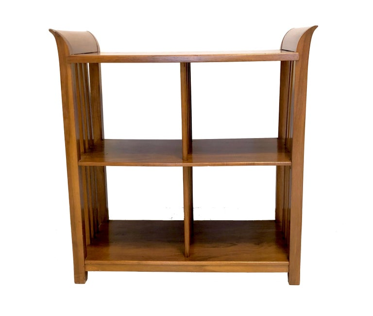The chique bookcase – étagère– was designed by Bruno Paul ( 1847-1968 ) in circa 1915-1920. It is made out of mahagony.