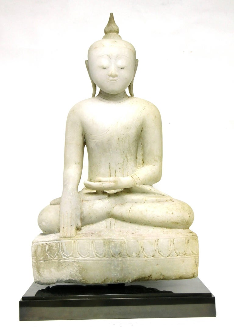 Antique Burmese Alabaster Seated Buddha, Shan Style, 18th Century In Excellent Condition For Sale In 10 Chater Road, HK