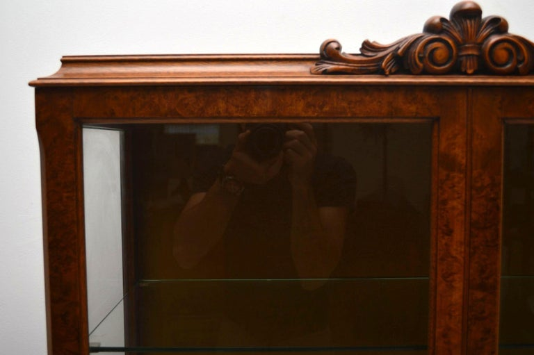 Antique Burr Walnut Display Cabinet In Good Condition For Sale In London, GB