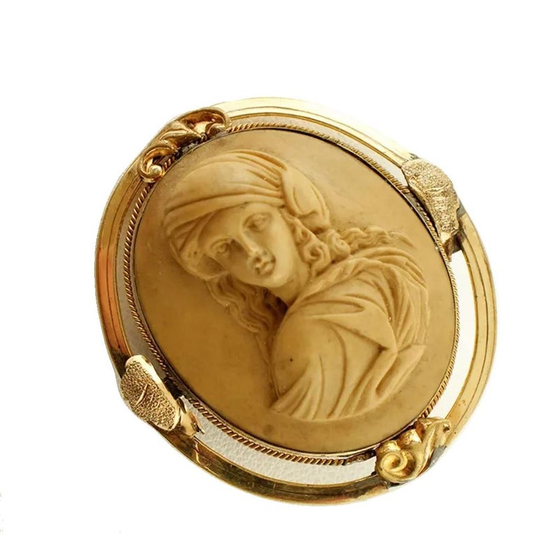 Authentic 19°century Brooch in 12k yellow gold structure with a central cameo finely carved with lady motif. This cameo was totally handmade by Italian master goldsmiths Cameo 3.2 cm x 2.7 cm Total weight 11.90 gr Brooch dimension 4 x 3.7 cm RF +