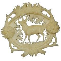 Antike aus Hirschhorn geschnitzte Brosche mit Gams, um 1900