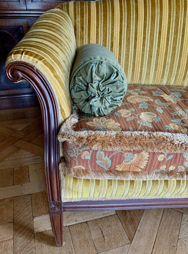 Antique Carved Mahogany Camelback Settee Loveseat In Good Condition For Sale In West Hartford, CT