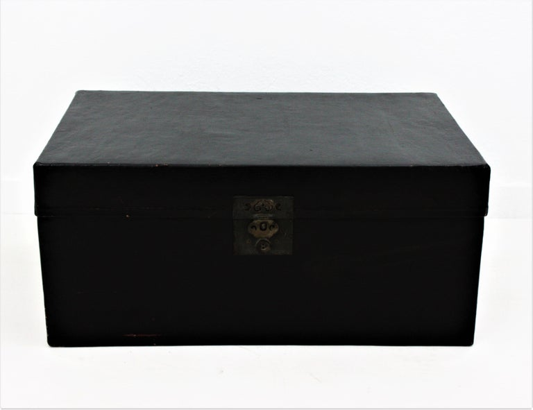 Antique Chinese Black Lacquered Trunk In Good Condition For Sale In Barcelona, ES