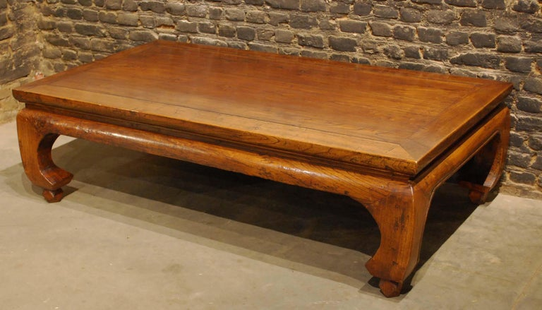 Antique Chinese Carved Elmwood Kang Daybed or Opium Table in Warm Honey Color In Good Condition For Sale In Casteren, NL