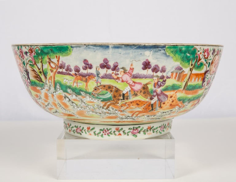 Antique Chinese Porcelain Hunt Bowl circa 1770 In Excellent Condition For Sale In New York, NY
