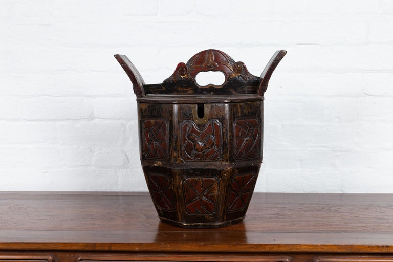 An antique Chinese wedding box from the early 20th century with handle, curving supports, animals and foliage motifs. Born in China during the early years of the 20th century, this charming wedding box features an hexagonal top, flanked