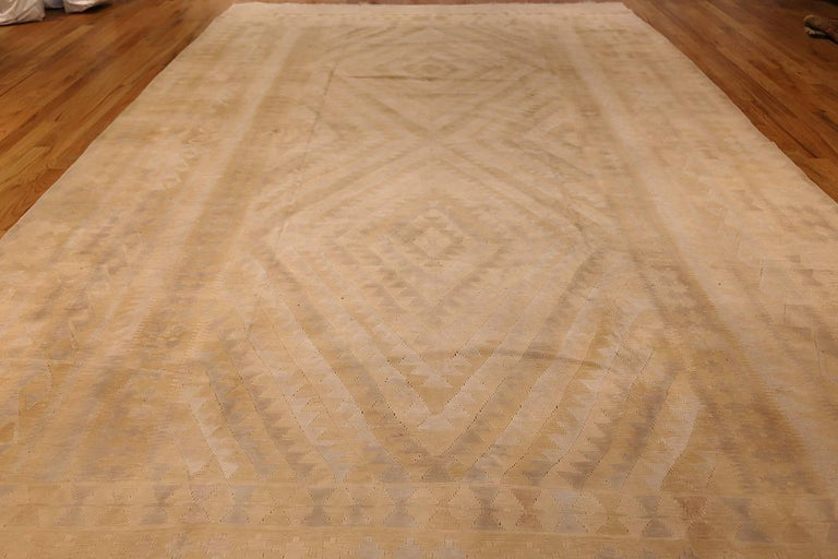 Antique Cotton Dhurrie Indian Rug. Size: 9 ft 4 in x 16 ft 9 in In Good Condition For Sale In New York, NY