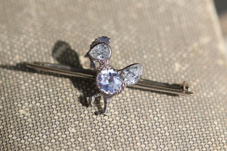 Central diamond is about 1.25ct. Total weight 3.14g  This diamond brooch is such a charming piece. It's not just because it is in the shape of a chicken but the way the chicken is crafted shows such skill. The body is a substantial round old