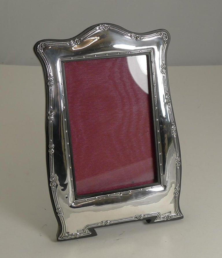 Antique English Art Nouveau Photograph Frame in Sterling Silver In Good Condition For Sale In London, GB