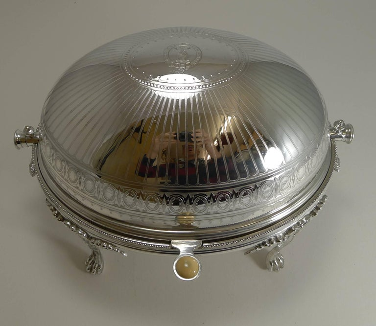 A magnificent and most unusual breakfast dish, an example I have never come across before. Apart than being made by the crème de la crème of English silver plate makers, Elkington and Co., this one stand out due to it's mechanical action. When the